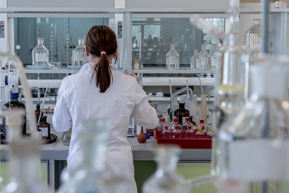 מדד ה-pH - עובדת במעבדה